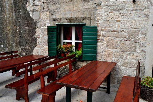 dalmatian-window-989605_1920