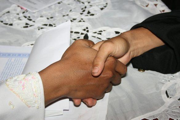 shake-hand-369025_1280